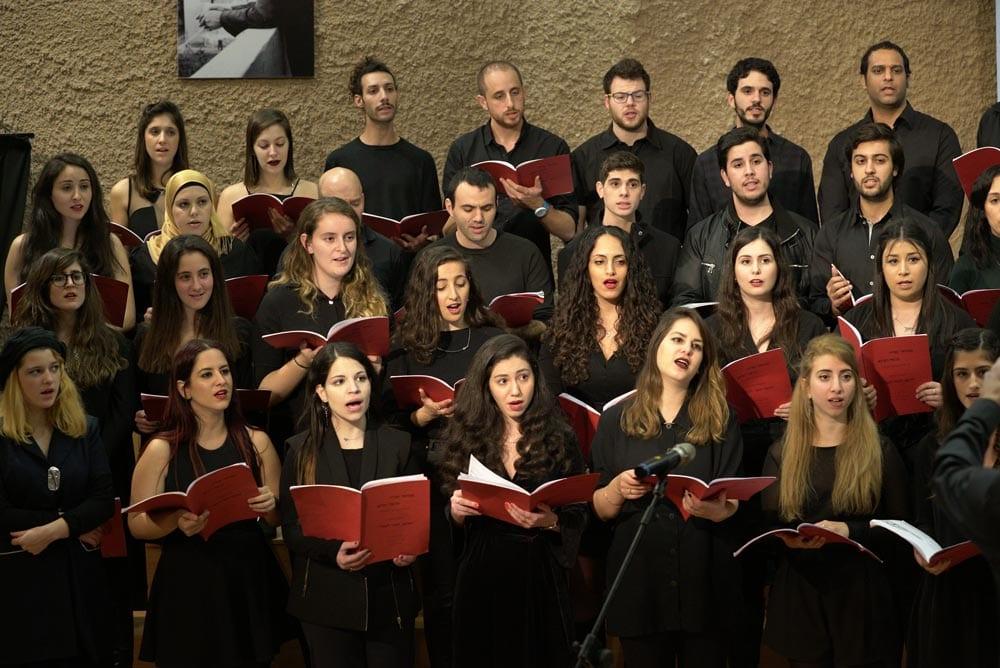 תמונה של מקהלה שרה