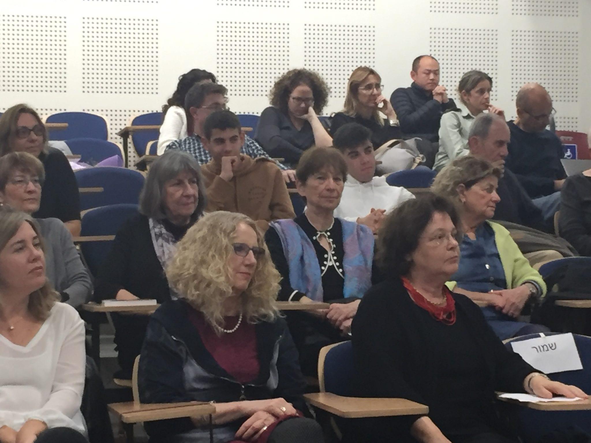 תמונה של הקהל באירוע השקת הספר על מדים אני מלך