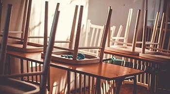 צילום של כיתה ריקה וכיסאות הפוכים על השולחנות להדגים את הכתוב בכתבה על ילדי הזרים שלא מקבלים שיעורי עברית