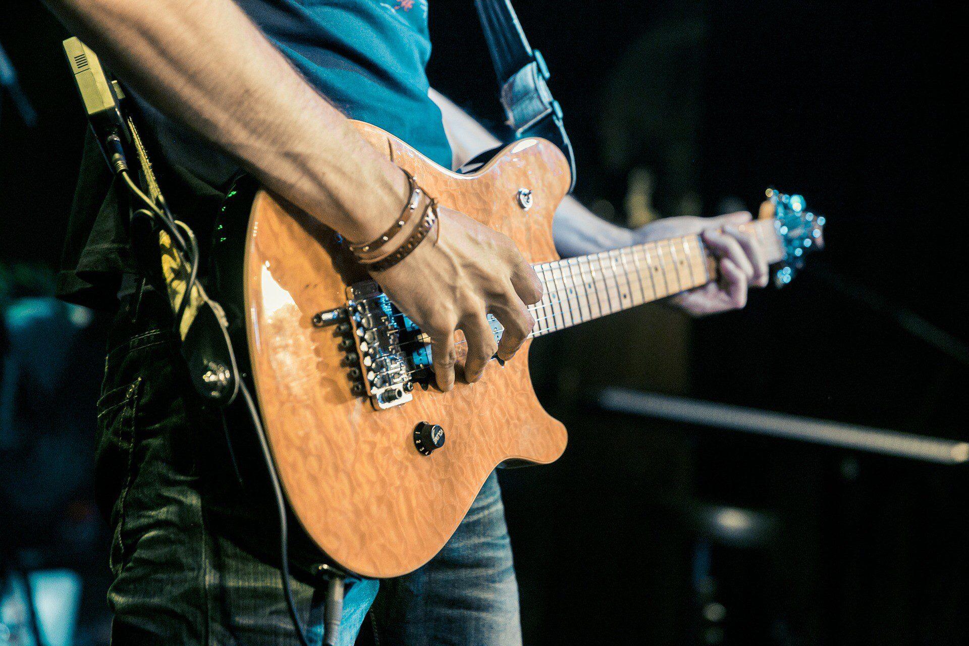 תמונה של מישהו מנגן על גיטרה