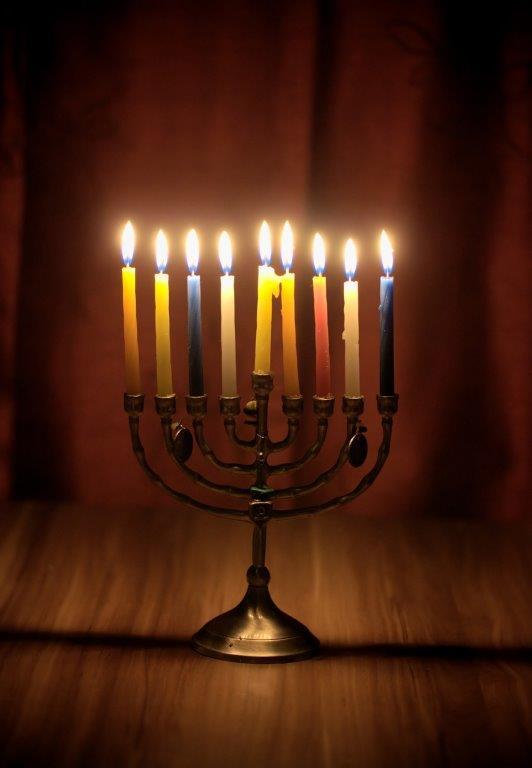תמונה של חנוכיה עם נרות דולקים