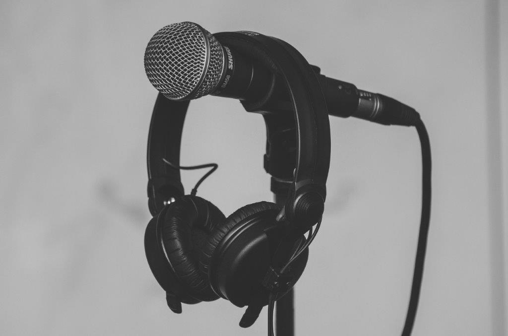 צילום של מיקרופון ואוזניות