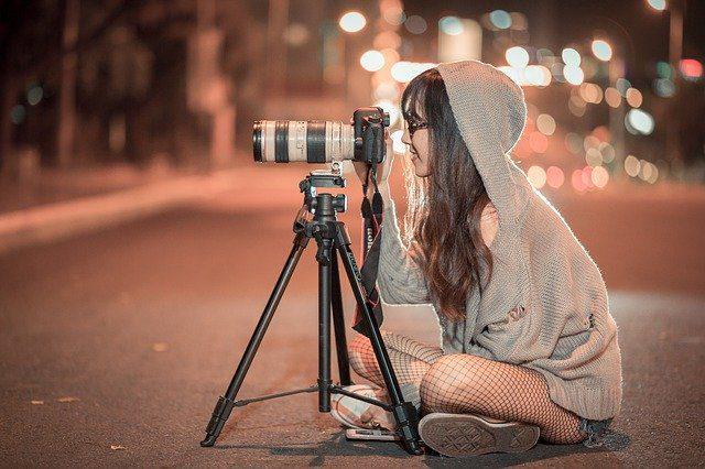תמונה של בחורה מצלמת