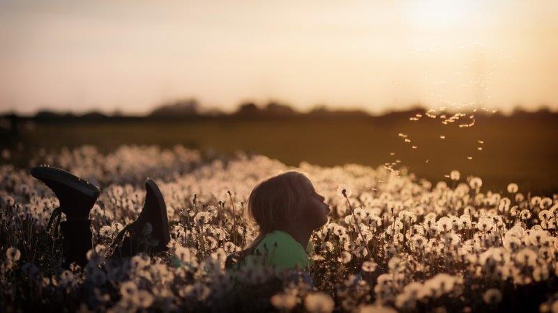 ילדה בשדה