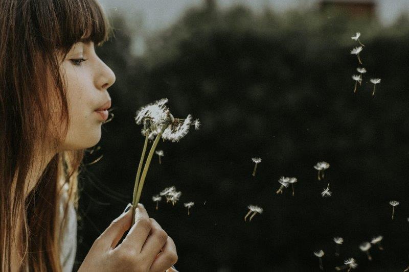 תמונה של ילדה עם פרח