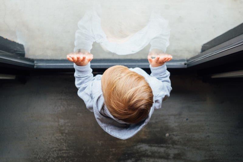 תמונה של ילד מול חלון