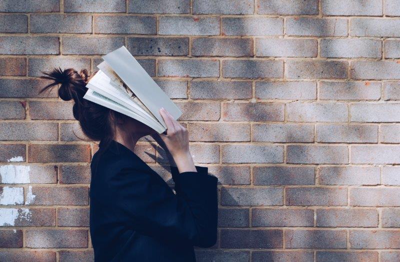 נערה עם ספר