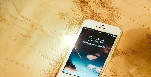 פלאפון מונח על מפת עולם