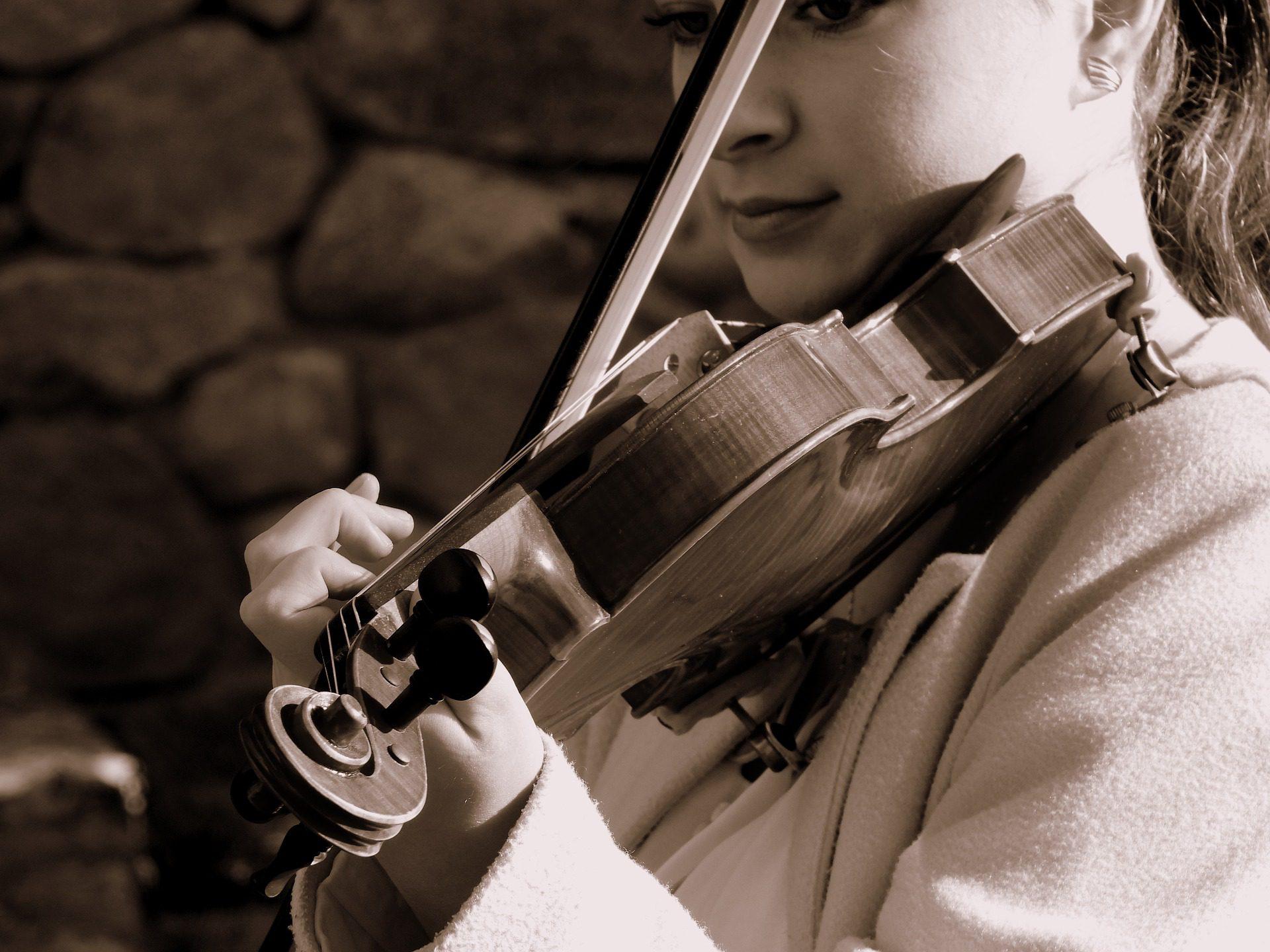 ילדה מנגנת על כינור