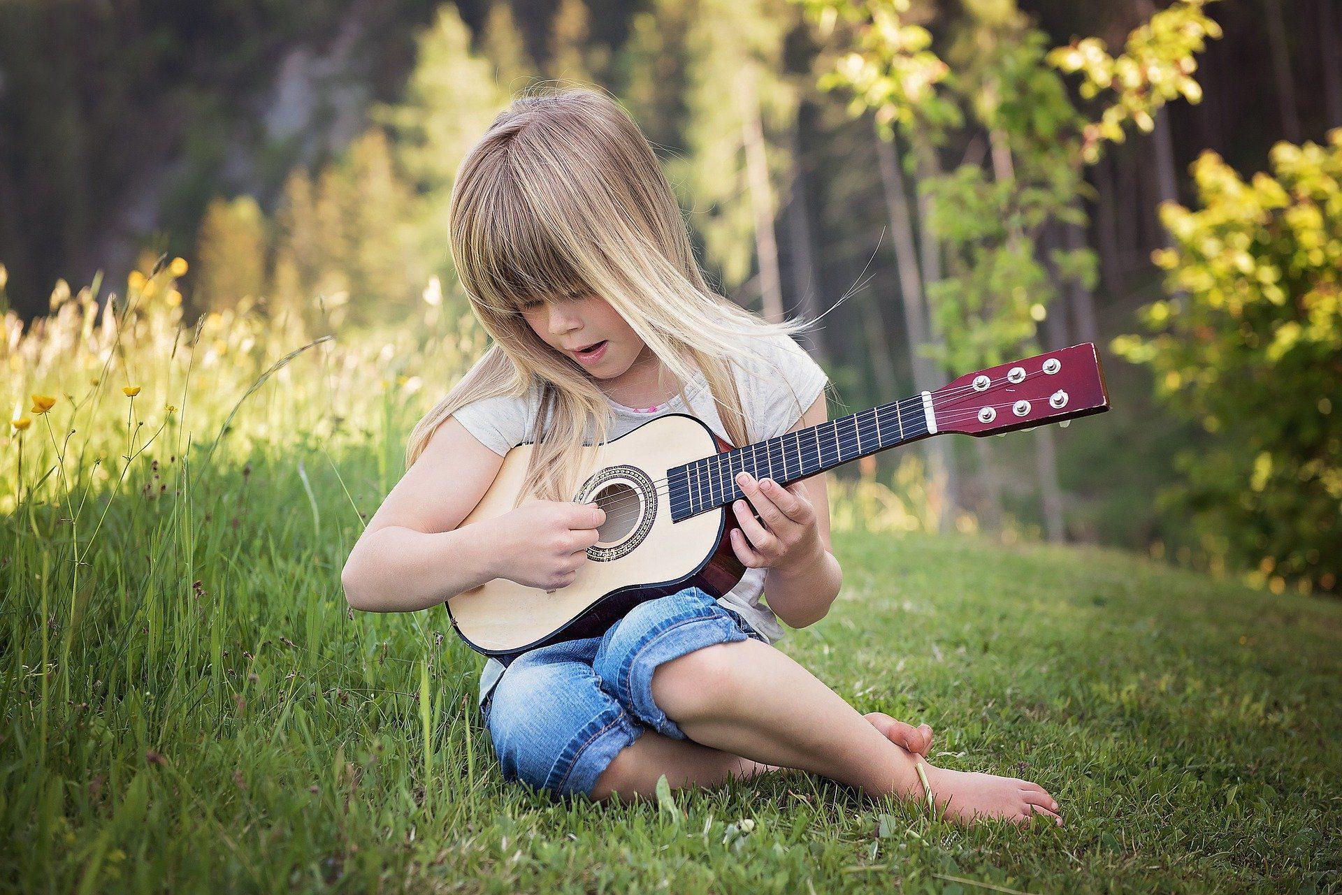 ילדה עם גיטרה