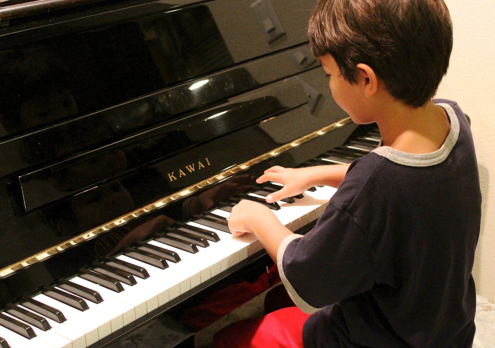 ילד מנגן על פסנתר