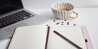 מחברת כוס קפה ומחשב