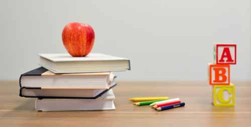 תפוח על ערמת ספרים